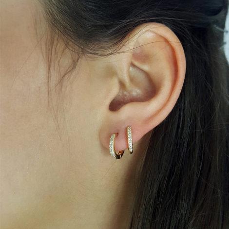 1690031 brinco argola mini para primeiro segundo furo e piercing cravejado com 16 pedras de zirconia branca joia folheada ouro dourado 18k brilho folheados sabrina joias foto modelo
