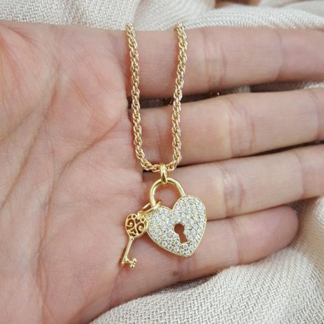 1800536 93e45 colar corrente grossa trancada com pingente coracao medio com chave sabrina joias brilho folheados