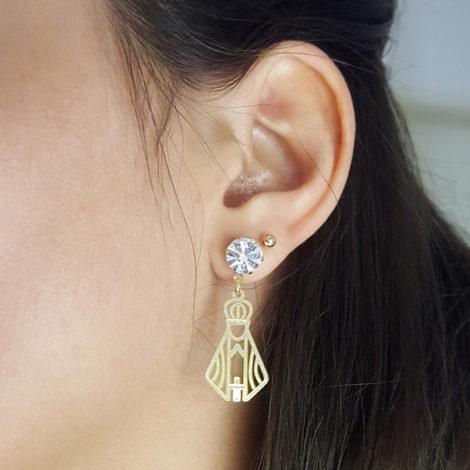 brinco nossa senhora aparecida vazada com strass ponto de luz folheado a ouro dourado 18k brilho folheados foto orelha modelo