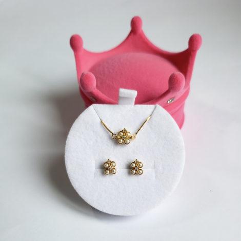 1700417 1690025 kit brinco e pulseira infantil para bebe com 4 perolas e 2 zirconias formando uma flor kit acompanha caixinha rosa no formato de coroa para presentear 1
