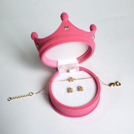 1700417 1690025 kit brinco e pulseira infantil para bebe com 4 perolas e 2 zirconias formando uma flor kit acompanha caixinha rosa no formato de coroa para presentear