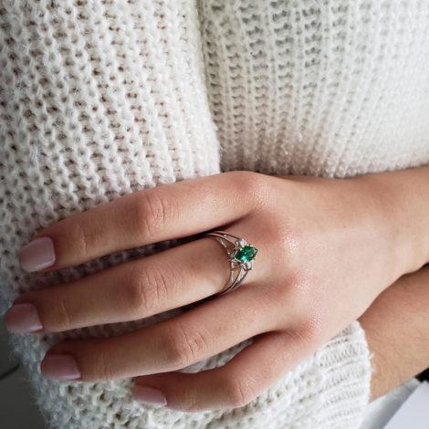 R1910672 anel de formatura 2 em 1 cristal verde esmeralda formato navete joia folheada rodio antialergica loja brilho folheados marca sabrina joias foto anel na mao da modelo visto de cima