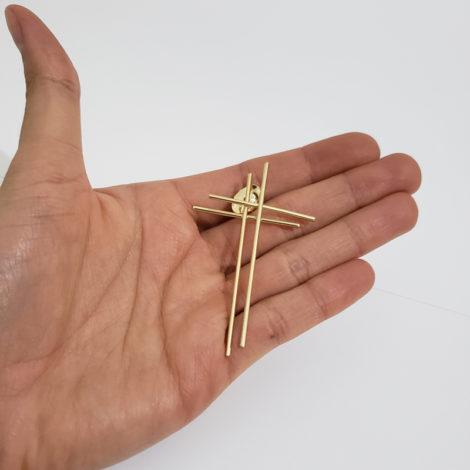brinco cruz dupla palito estilizada folheada ouro dourado 18k loja brilho folheados foto do brinco visto na mao