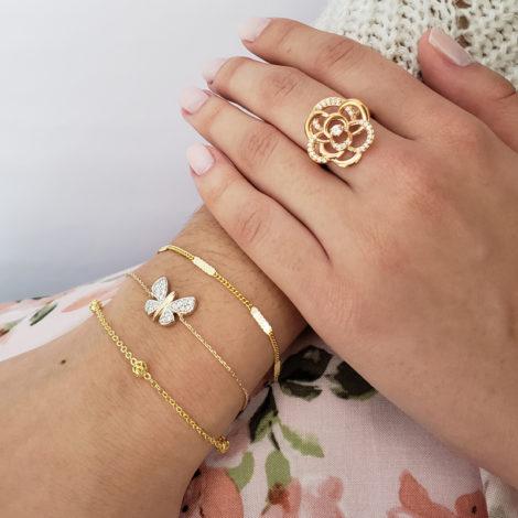 foto com anel flor rose mix de pulseiras delicadas dourada bolinhas e borboleta pecas na modelo marcas sabrina joias bruna semijoias loja brilho folheados