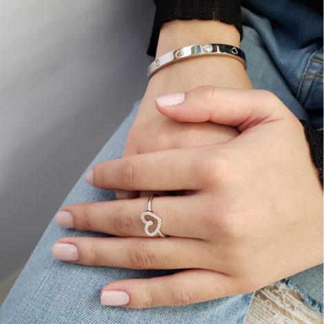foto modelo usando bracelete de coracao com zircônias e anel de coracao delicado pecas prateadas folheada rodio loja brilho folheados