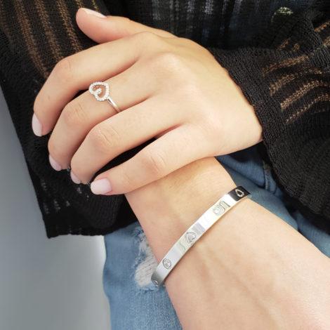foto modelo usando bracelete de coracao com zirconias brilhantes e anel de coracao delicado pecas prateadas folheada rodio loja brilho folheados 1