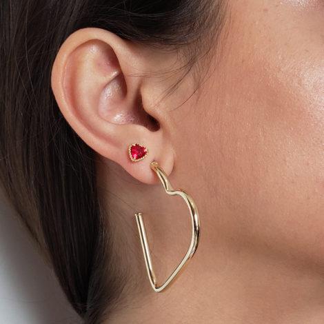 par de brinco argola no formato de coracao tamanho medio joia antialergica foto na orelha da modelo loja brilho folheados