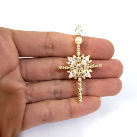 pingente cruz estilizada com zirconias em varios tamanhos e perola brilho folheados sabrina joias