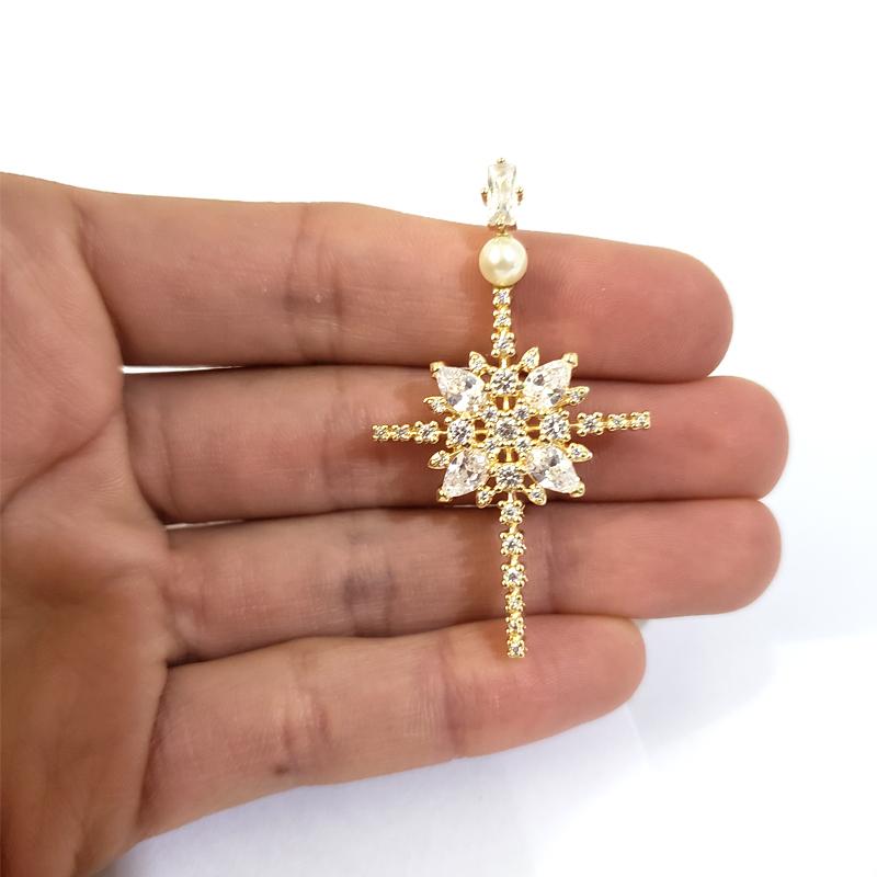e33329dbefae5 Pingente dourado cruz estilizada pérola e zircônia joia folheada  antialérgica