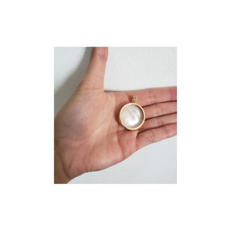 1800267 pingente capsula de vidro simples folheada ouro dourado sabrina joias brilho folheados foto da capsula na mao