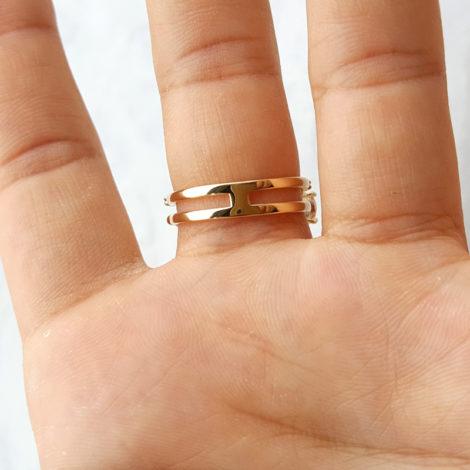 1910949 anel aro duplo com fileira em zirconias e 3 cristais rosa morganita joia folheada ouro dourado 18k brilho folheados revendedora oficial da marca sabrina joias foto modelo 1