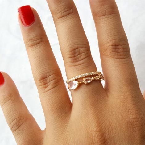 1910949 anel aro duplo com fileira em zirconias e 3 cristais rosa morganita joia folheada ouro dourado 18k brilho folheados revendedora oficial da marca sabrina joias foto modelo