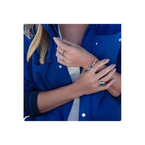551594 Bracelete formado por aro fino aberto composto por 2 cristais gota agua marinha e 2 zirconias foto no braco da modelo marca rommanel loja brilho folheados