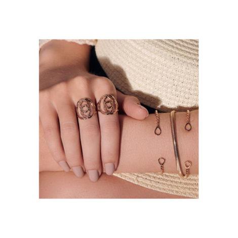foto da modelo usando anel e bracelete com metal em formato de corda e pulseira rabo de rato achatado woman power rommanel brilho folheados