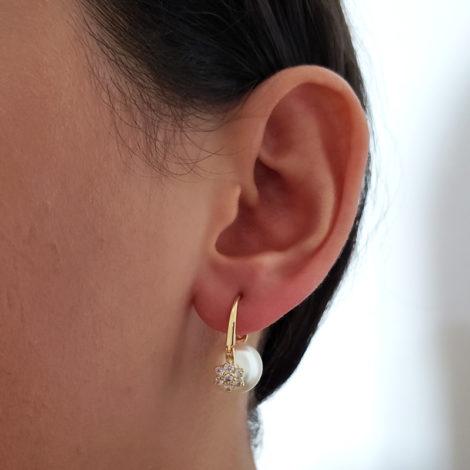 1689869 brinco delicado perola solitaria com flor de zirconia joia folheada a ouro sabrina joias foto modelo 1