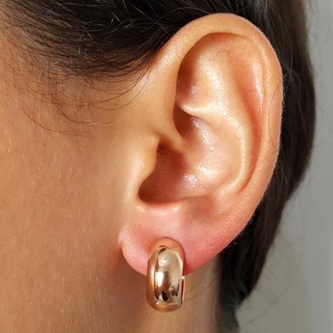 523819. brinco meia argola lisa 15mm de diametro marca rommanel loja brilho folheados foto orelha na modelo 1