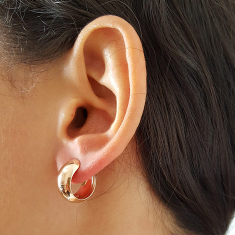 523819. brinco meia argola lisa 15mm de diametro marca rommanel loja brilho folheados foto orelha na modelo 2