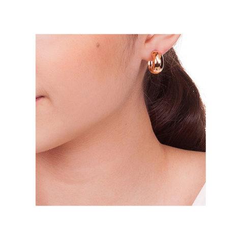 523819. brinco meia argola lisa 15mm de diametro marca rommanel loja brilho folheados foto orelha na modelo