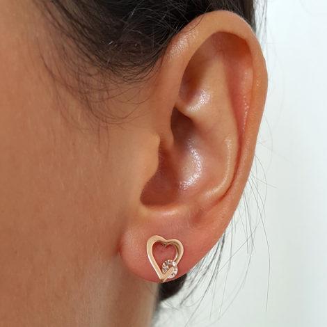 524177 brinco coracao vazado com cristal redondo marca rommanel loja brilho folheados foto na orelha da modelo 1