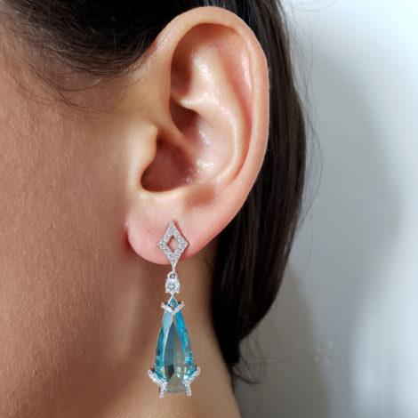 R1689716 brinco festa gota de cristal azul claro com losango vazado na base detalhes cravejados zirconia branca joia folheada rodio brilho folheados sabrina joias foto modelo