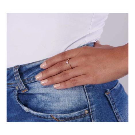512764 Anel aro em v folheado a ouro com zirconias rosa e branca joia rommanel colecao gratidao loja brilho folheados modelo usando