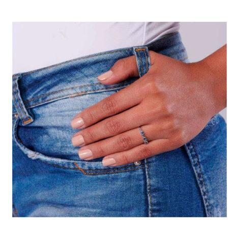 110820 anel fino prateado com zircônias azuis quadradas joia folheada a ouro joia rommanel colecao gratidao loja brilho folheados foto modelo