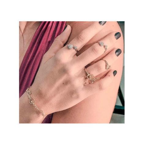 1911022 anel amor sem fim aro aberto com coracao cravejado em cada ponta joia folheada ouro 18k marca sabrina joias loja brilho folheados modelo usando
