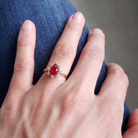 1910414 anel de formatura vermelho com zirconias brancas joia folheada ouro antialergica com caixa capelo loja brilho folheados 8
