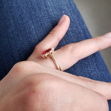 1910414 anel de formatura vermelho com zirconias brancas joia folheada ouro antialergica com caixa capelo loja brilho folheados 9
