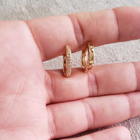 1690316 brinco argola pequena com zirconias marca sabrina joias loja revendedora brilho folheados foto modelo 4