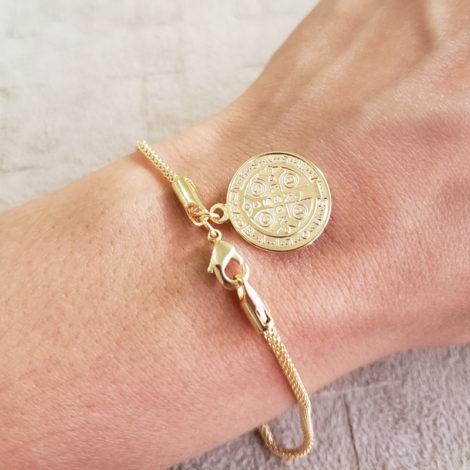 1700543 pulseira medalha de sao bento dourada malha tubinho marca sabrina loja revendedora brilho folheados