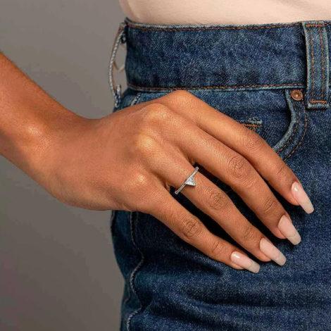 110843 anel solitario cravejado composto por zirconia triangular cor rodio marca rommanel loja revendedora brilho folheados foto modelo