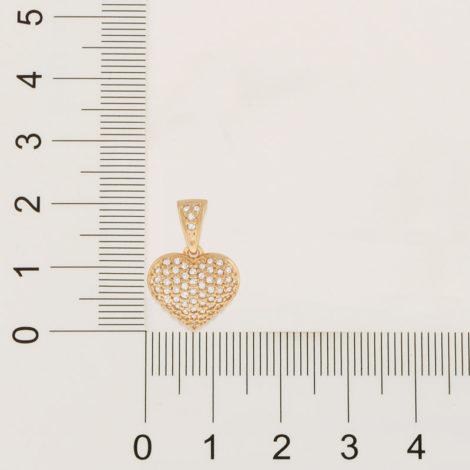 Imagem de fundo cinza, contendo régua na horizontal e vertical medindo o tamanho do pingente que está na imagem. Pingente formato de coração pequeno todo cravejado com micro zircônias brancas. Pingente mede 2,1 cm de altura por 1,4 cm de largura.