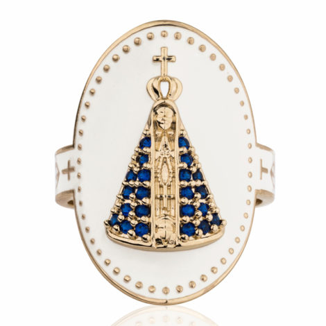 Imagem com fundo branco, contendo anel oval de Nossa Senhora Aparecida visto de frente, com manto cravejado em zircônia azul.