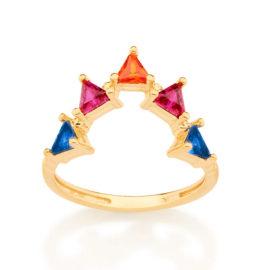 Foto de fundo branco com um anel no centro da marca Rommanel. Anel na cor dourada folheado a ouro no formato de v para cima contendo cinco zirconias triângulares sendo duas azuis, duas rosas e uma laranja. Medindo 0,4 cm cada triângulo.