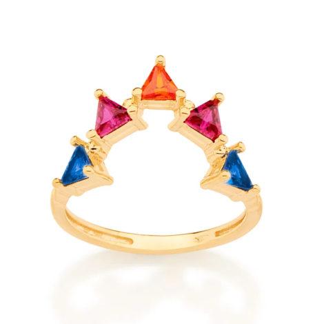 Imagem de fundo branco com um anel no centro da marca Rommanel, código 512923. Anel na cor dourada folheado a ouro no formato de v para cima contendo cinco zircônias triangulares sendo duas azuis, duas rosas e uma laranja. Medindo 0,4 cm cada triângulo.