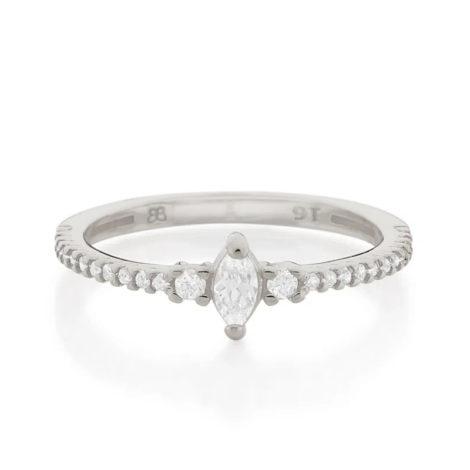 Imagem de fundo branco com um anel no centro da marca Rommanel, código 110847. Anel prateado folheado a ródio, anel skinny ring, anel cravejado com 24 zircônias, sendo 22 de 1,0 mm e 2 de 1,75 mm, com uma zircônia navete no centro com 2,5x6 mm.