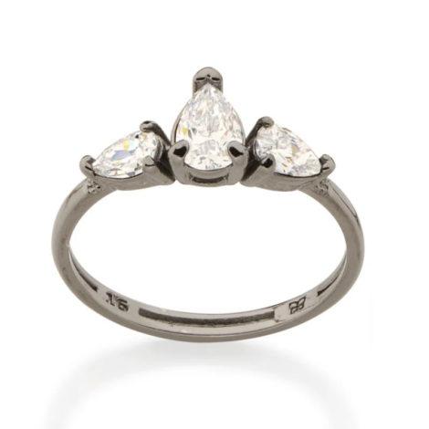 Imagem de fundo branco com um anel no centro da marca Rommanel, código 410039. Anel folheado a ródio negro (prateado escuro), anel aro fino composto por três zircônias gotas na cor branca, sendo duas com 3x5 mm e uma com 5x7 mm.