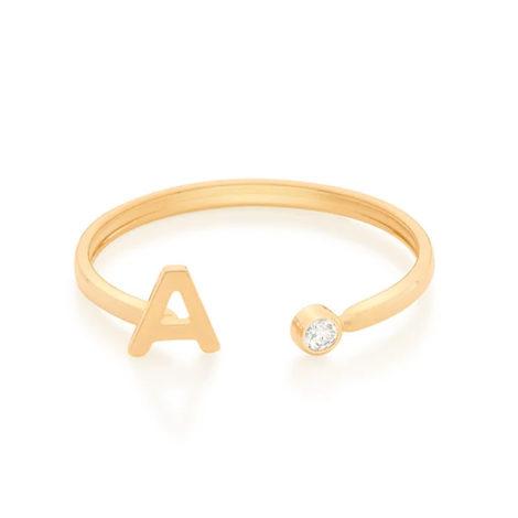 Imagem de fundo branco com um anel no centro da marca Rommanel, código 512843. Anel na cor dourada folheado a ouro, anel ajustável formado por letra A de um lado e 1 zircônia de 2,0 mm do outro lado.