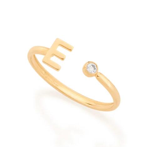 Imagem de fundo branco com um anel no centro da marca Rommanel, código 512843. Anel na cor dourada folheado a ouro, anel ajustável formado por letra E de um lado e 1 zircônia de 2,0 mm do outro lado.