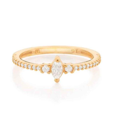 Imagem de fundo branco com um anel no centro da marca Rommanel, código 512847. Anel na cor dourada folheado a ouro, anel skinny ring, anel cravejado com 24 zircônias, sendo 22 de 1,0 mm e 2 de 1,75 mm, com uma zircônia navete no centro com 2,5 x6 mm.