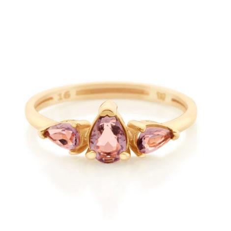 Imagem de fundo branco com um anel no centro da marca Rommanel, código 512851. Anel na cor dourada folheado a ouro, anel aro fino composto por três zircônias gotas na cor lilás, sendo duas com 3x5 mm e uma com 5x7 mm.