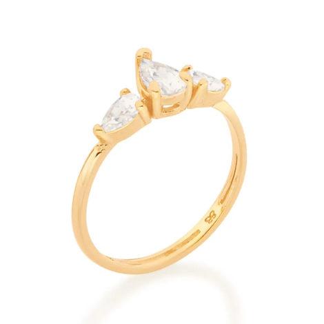 Imagem de fundo branco com um anel no centro da marca Rommanel, código 512852. Anel na cor dourada folheado a ouro, anel aro fino composto por três zircônias gotas na cor branca, sendo duas com 3x5 mm e uma com 5x7 mm.