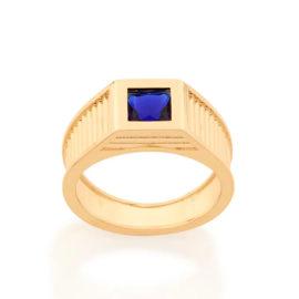 Imagem de fundo branco com um anel no centro da marca Rommanel, código 512856. Anel na cor dourada folheado a ouro, anel masculino de formatura, anel aro largo trabalhado com linhas na horizontal, composto por um cristal quadrado na cor azul, com 6x6 mm.