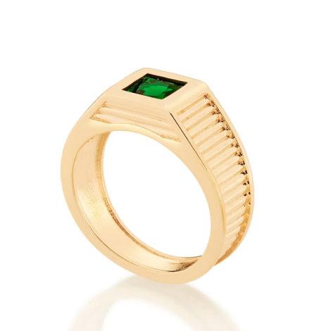 Imagem de fundo branco com um anel no centro da marca Rommanel, código 512856. Anel na cor dourada folheado a ouro, anel masculino de formatura, anel aro largo trabalhado com linhas na horizontal, composto por um cristal quadrado na cor verde, com 6x6 mm.