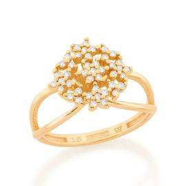 Imagem de fundo branco com um anel no centro da marca Rommanel, código 512916. Anel na cor dourada folheado a ouro no formato de buque de flores contendo quarenta e três zircônias brancas de 1,0 mm. Anel com as laterais aberta tendo um encontro de aro na parte de baixo do anel.
