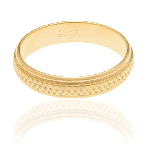 Imagem de fundo branco contendo uma aliança vista de frente. Aliança dourada, com centro trabalhado e borda lisa. Aliança da marca Rommanel.