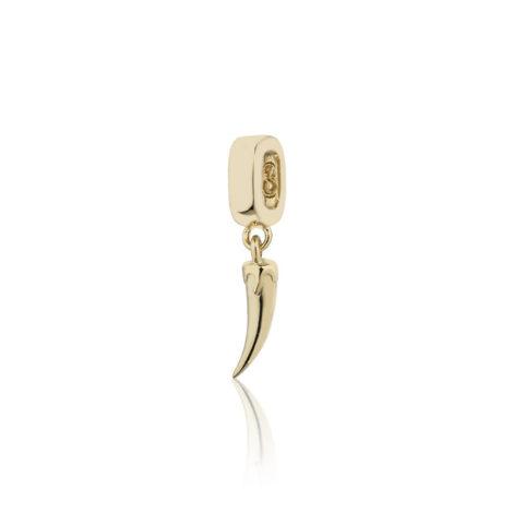 Imagem de fundo branco, contendo um berloque no formato de pimenta banhado a ouro 18k. Berloque da coleção Talismã da marca Sabrina Joias,
