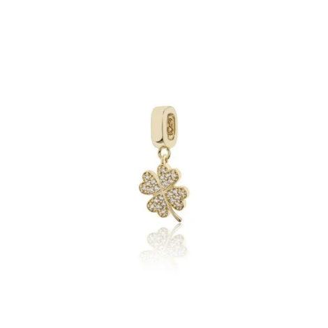 Imagem de fundo branco, contendo um berloque de quatro folhas cravejado com micro zircônias brancas. Linda joia da coleção Talismã da marca Sabrina Joias.