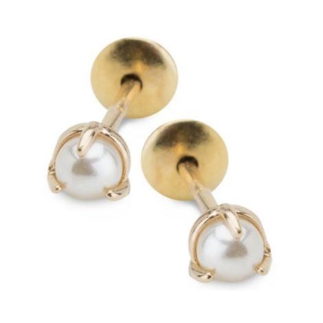 Imagem de fundo branco com par de brincos no centro da marca Sabrina Joias, código 1689637. Brinco folheado a ouro dourado, brinco mini pérola com 3 garras na pérola. Brinco delicado medindo 0,4 cm de diâmetro.